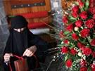 Zahalená žena připravuje dárky a květiny v Saná v Jemenu. (14. února 2013)