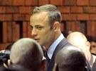 Atlet Oscar Pistorius si v soudní síni vyslechl formální obvinění z vraždy.