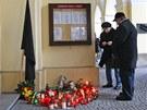 U vchodu do frenštátské radnice visí černý prapor, lidé na památku obětí