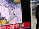 Jeden z pasažérů na nádraží v jihokorejské metropoli Soulu prochází kolem