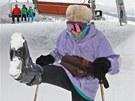 Devadesátiletá Vlasta Giese předvádí, jak vysoko vykopne nohu (7. 2. 2013)