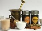 Ve skleni�ce vlevo hotov� h�ejiv� n�poj, v origin�le masala chai