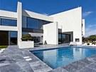 Do terasy z šedého mramoru je zapuštěný bazén, k relaxaci slouží také