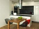 Kuchyň (viz video) se řešila v rámci otevřeného obytného prostoru. Kuchyňská