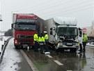 Na rychlostní silnici R1 se srazily čtyři kamiony (13. února 2013).