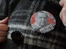 Studenti si vyrobili i placku s fotografií Václava Sloupa. Za ním jsou