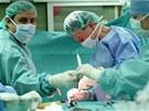 Lékaři z Fakultní nemocnice Brno operují dětskou skoliózu páteře převratně