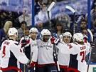 Hokejisté Washingtonu Capitals slaví gól.