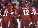 Hokejisté Phoenixu slaví gól, vpravo český zadák Rostislav Klesla.