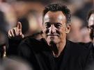 Bruce Springsteen hecuje k dražbě návštěvníky předávání ceny MusiCares.
