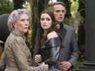 Alice Englert (uprostředú a Jeremy Irosn ve filmu Nádherné bytosti