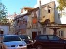 Na místě této staré a opuštěné stavby dnes stojí moderní vilka.