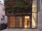Na fasádě je zavěšena konstrukce pro vertikální zahradu s dokonalým