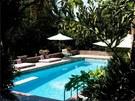 Na zahradě nechybí prostorný bazén a terasa.