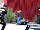 Steven Seagal učí dobrovolníky, jak se chovat při střeleckém útoku ve škole.