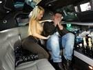 Zpěvák Eddie Stoilow Honza Žampa a jeho fanynka Silvie v pořadu Limuzína