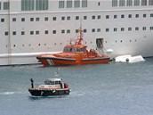 Záchranáři zasahují u spadlého záchranného člunu, ve kterém zemřelo pět členů