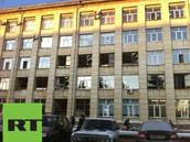 Rozbit� okna na budov� v rusk�m �eljabinsku majitel p�ipisuje n�sledk�m