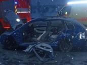 Těžce zraněnou ženu museli z poničené fabie vyprostit hasiči. (13. února 2013)
