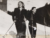 70 let stará fotografie, na které dvacetiletá Vlasta Giese (vpravo) lyžuje ve