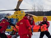 Horská slu�ba p�ivá�í zran�ného k záchraná�skému vrtulníku (ilustra�ní snímek).