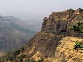 """Dekkánské výlevy východně od Bombaje. Geologové je označují jako """"trapy"""", což"""