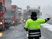 Zhruba čtyřkilometrová kolona kamionů se vytvořila 12. února před polednem na