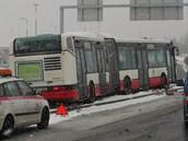 V �ter� 19. �nora havaroval na sn�hu autobus MHD v pra�sk�ch Let�anech. P�es