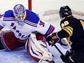 David Krej�� z Bostonu zakon�uje na branku NY Rangers, vychytat se ho pokou��