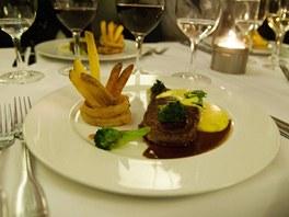 Menu v Cowboys - striploin steak s Bernskou omáčkou, brokolicí a domácími