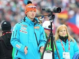 BEDLIVÝ DOZOR. Trenér českých biatlonistů Ondřej Rybář pozoruje výkon svých