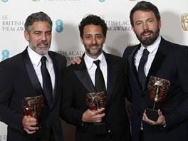 Zleva George Clooney, Grant Heslvov a Ben Affleck s cenami BAFTA za nejlepší