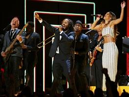 Grammy za rok 2012 - Sting, Ziggy Marley, Bruno Mars a Rihanna při poctě Bobu...