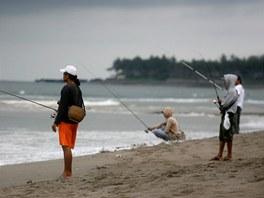 """Ryb��i na pl�i Echo Beach nedaleko na�eho domu"""