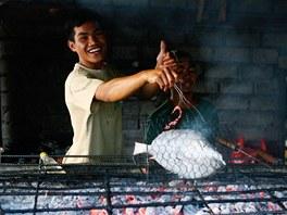 Grilov�n� ryb na trhu Jimbaran