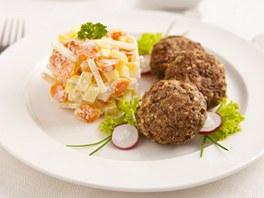 Zdravý karbanátek s bramborovým salátem s francouzskou zeleninou a jogurtovým