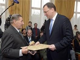 Ocenění z rukou premiéra Petra Nečase na ministerstvu obrany převzal i Josef
