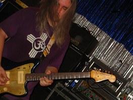 J Mascis se svou oblíbenou kytarou Fender Jazzmaster