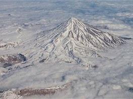 Neaktivní sopka Damávand v Iránu. Fotka zřejmě pochází z PickyWallpapers.com.