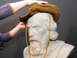 Autorka výstavy Svět chce být klamán Eva Bendová ukazuje, jak se busta Jana