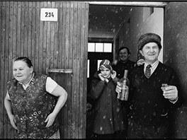 Sníh a slivovice pravidelně patří k fašankům na Slovácku. Snímek je z Velké nad