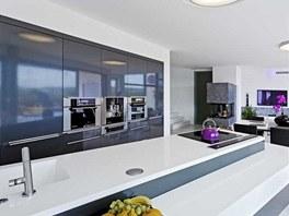 Kuchyňská linka byla vyrobena na míru z MDF desek s vysoce kvalitním lakem ve