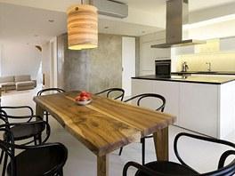Kontrastem k racionálně řešené kuchyni s ostrůvkem je stůl vyrobený z