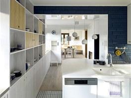 Propojením tří sousedních místností vznikla velkorysá kuchyň a jídelna pro