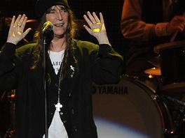 Patti Smith zazpívala hit Because the Night, který pro ni Springsteen napsal.