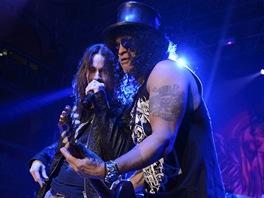 Slash se zpěvákem Mylesem Kennedym.