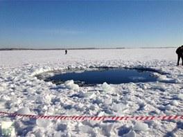 Údajné místo dopadu meteoritu v jezeře kilometr od města Čebarkul v Čeljabinské