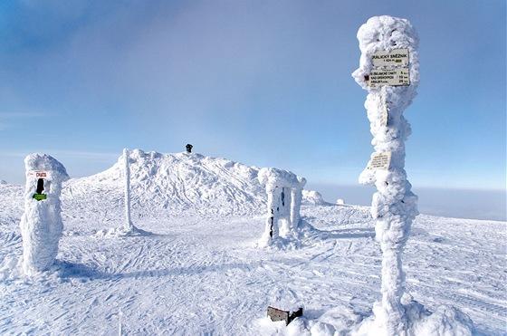 Vrchol Králického Sněžníku sruinami staré rozhledny