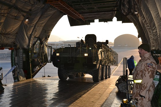 Nakládání obrněnců Pandur do velkokapacitního letounu An-124 Ruslan na letišti
