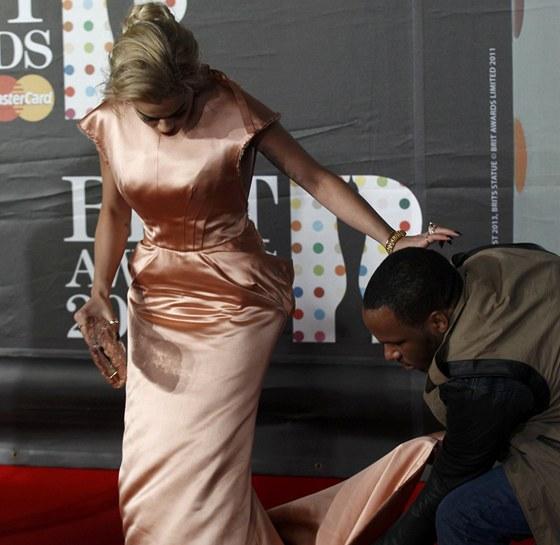 Rita Ora měla s šaty velké problémy.